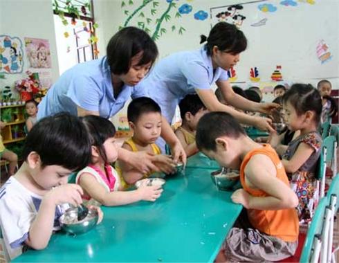 Chất lượng bữa ăn bán trú cho trẻ: Gia đình và nhà trường cùng chăm lo