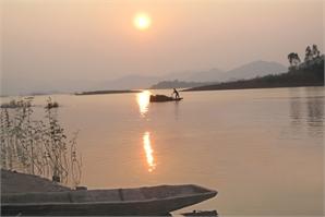 Hoàng hôn trên hồ Cấm Sơn