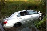Ôtô lật ngửa dưới kênh, 4 người tử nạn