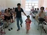 Bé gái 4 tuổi bị hành hạ dã man đã ra viện về quê