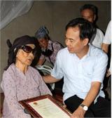 Phó Chủ tịch UBND tỉnh Bùi Văn Hạnh tặng quà người cao tuổi