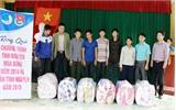 Tặng quà cho học sinh và hộ nghèo