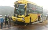 Xe khách đâm xe tải lật ngửa trên cao tốc Nội Bài - Lào Cai