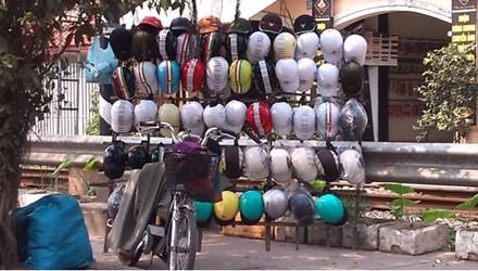 'Buông' việc xử lý mũ bảo hiểm xe máy đội lốt