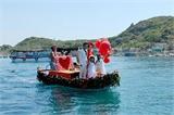 Chàng trai kết 3.000 bông hồng làm ghe rước dâu trên biển