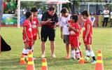 Robbie Fowler hướng dẫn các em nhỏ Việt Nam đá bóng