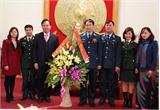 Các đồng chí lãnh đạo tỉnh Bắc Giang thăm tặng quà đơn vị quân đội