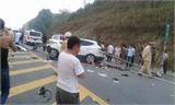 Lan can đường đâm xuyên ô tô trên cao tốc Lào Cai