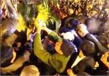 Nam Định: Hỗn loạn cảnh 'cướp lộc' ở lễ hội Khai ấn Đền Trần