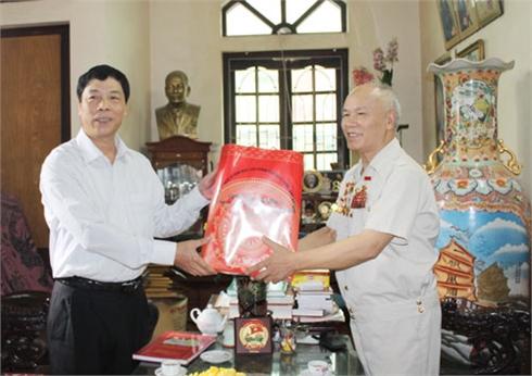 Các đồng chí lãnh đạo tỉnh Bắc Giang thăm, tặng quà dịp 30-4
