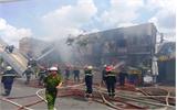 Lửa thiêu rụi 14 phòng trọ, 2 chiến sĩ cứu hỏa bị thương