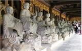 Tượng La Hán ở ngôi chùa lớn nhất Việt Nam bị khách sờ mòn, 'ép' nhận tiền