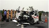 Xe cấp cứu đâm vào xe đầu kéo đỗ bên đường, ba người chết