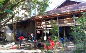 Cửa chùa rộng đón người nhà và thí sinh dự thi