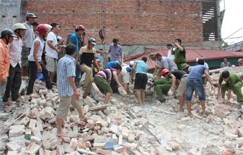 Bắc Giang: Sập nhà hai tầng, hai người mắc kẹt được giải cứu kịp thời