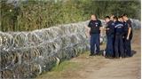 Hungary dựng hàng rào thép gai ngăn người di cư