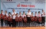 Tặng phao cứu sinh cho học sinh và người dân xã Vân Hà (Việt Yên)