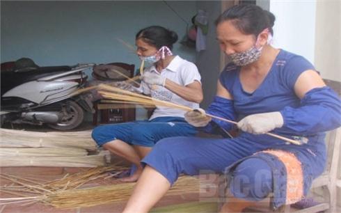 Dạy nghề, tạo việc làm cho phụ nữ: Chưa hết khó khăn