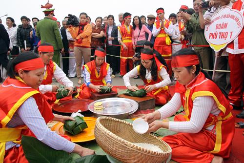 Thi gói bánh chưng ở lễ hội Đền Hùng.