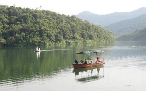 Du khách có thể thưởng ngoạn thiên nhiên hồ Khe Chão bằng thuyền, đạp vịt...