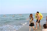 Đà Nẵng phạt nặng du khách xả rác ra bãi biển