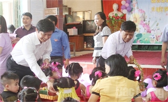 Lãnh đạo tỉnh, huyện Việt Yên: Tặng quà trẻ em nhân Ngày Quốc tế Thiếu nhi 1-6