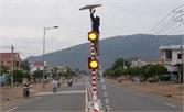 Lắp đặt cột đèn giao thông sử dụng năng lượng mặt trời