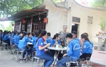Ấm tình mùa thi nơi cửa đền Tân Ninh