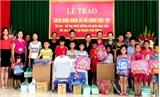 Sơn Động:  Tặng đồ dùng học tập cho trẻ em nghèo