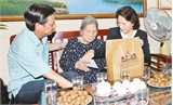 Chủ tịch Quốc hội Nguyễn Thị Kim Ngân thăm, tặng quà các gia đình chính sách