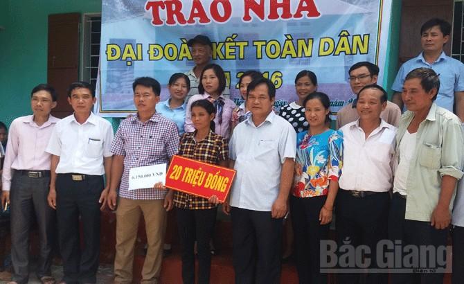 Trao tiền hỗ trợ xây dựng nhà đoàn kết toàn dân tại xã Tiến Thắng