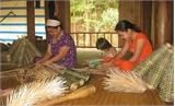 Dạy nghề đan rọ tôm cho phụ nữ xã Song Khê