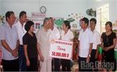 Chủ tịch Hội Khuyến học VN Nguyễn Mạnh Cầm thăm, tặng quà tại huyện Hiệp Hòa