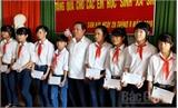 Đảng ủy Khối doanh nghiệp tỉnh Bắc Giang tặng quà cho học sinh nghèo tại xã Sơn Hải