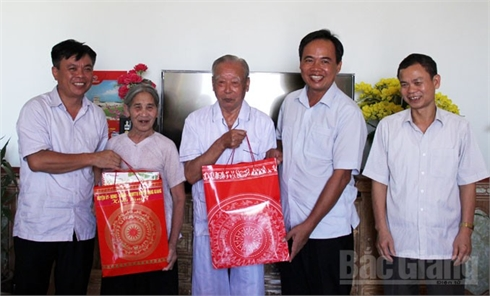 Phó Chủ tịch Thường trực HĐND tỉnh  Bùi Văn Hạnh thăm, tặng quà người cao tuổi
