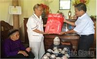 Thăm, tặng quà người cao tuổi huyện Tân Yên và Việt Yên