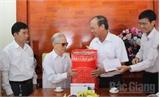 Các đồng chí lãnh đạo tỉnh Bắc Giang thăm, tặng quà người cao tuổi
