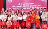 Tặng quà cho 45 trẻ em khó khăn