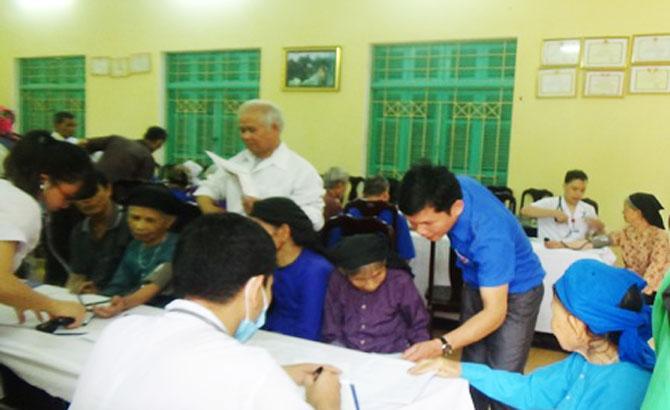 Hơn 600 người cao tuổi huyện Hiệp Hòa được khám, tư vấn sức khỏe