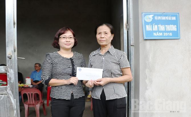 """Hỗ trợ 25 triệu đồng xây nhà """"Mái ấm tình thương"""" cho phụ nữ nghèo"""