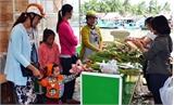 Bạn trẻ mở gian hàng gây quỹ giúp đồng bào miền Trung