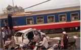 Hà Nội: Tàu hỏa đâm ô tô, 5 người tử vong