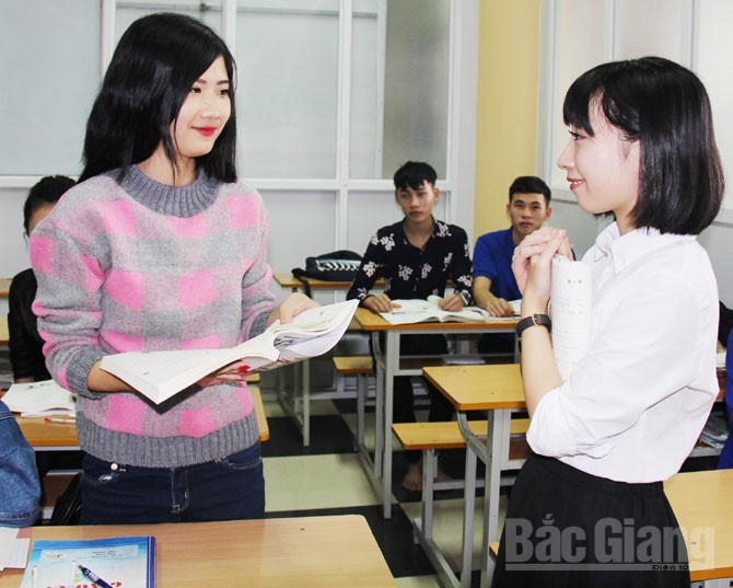 Cô giáo Nhật Bản Kitamura Runa dạy tiếng Nhật cho học sinh tại Công ty cổ phần Nhân lực Quốc tế ICO.