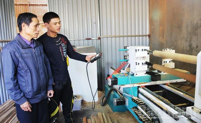 Business season in Bai Oi carpentry village