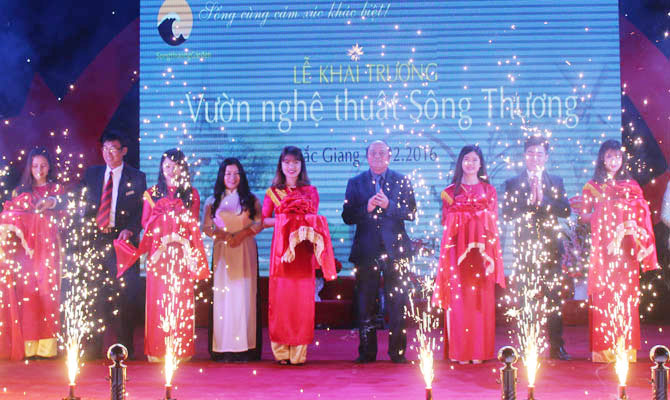 Song Thuong art garden opens