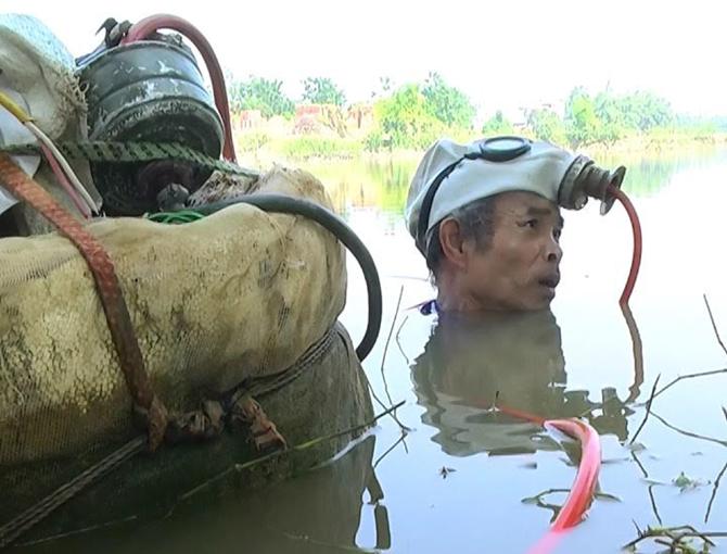 Mưu sinh, đáy sông, ông Trường, thợ lặn