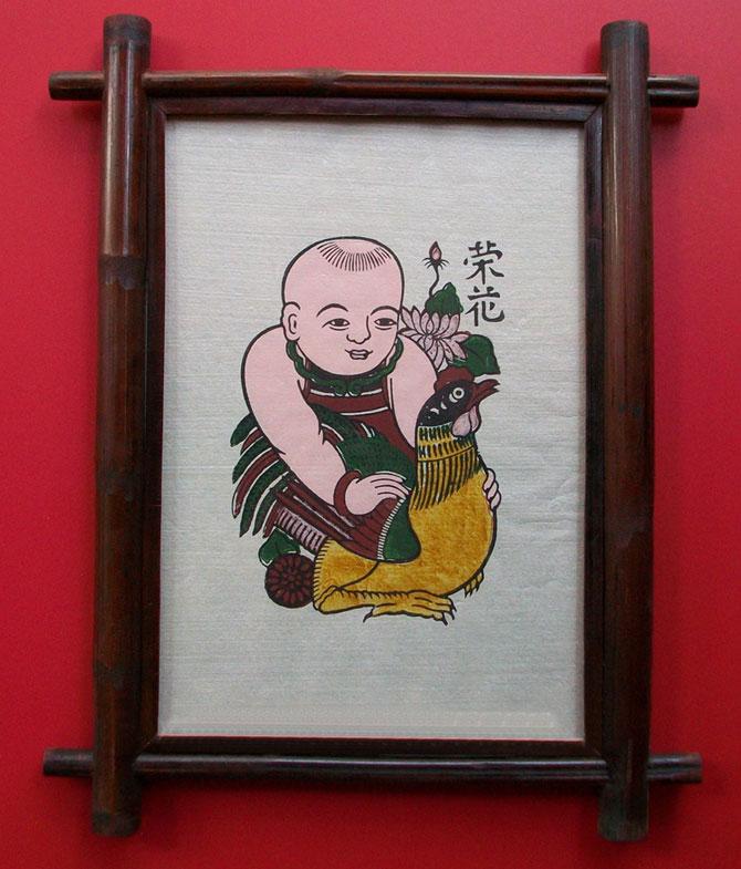 Bức tranh gà, thơm mùi gỗ thị, vỏ xơ mướp khô,  giấy bản, sắc màu