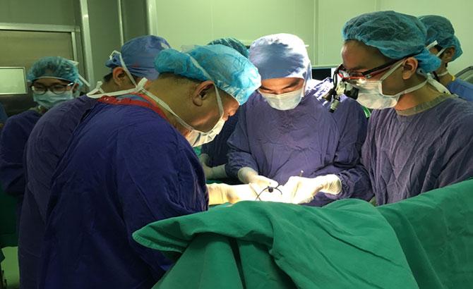 Lần đầu tiên,  Việt Nam, phẫu thuật,nắn trượt cột sống, bằng robot, thành công