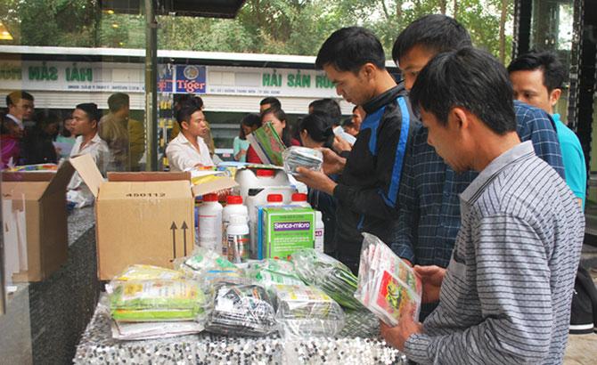 Các đại biểu tham quan khu giới thiệu một số sản phẩm phân bón của Công ty cổ phần Senca.