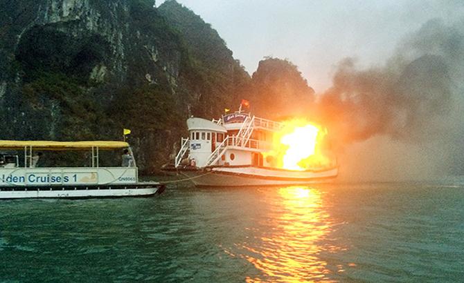Cháy tàu, du lịch, Ánh Dương,  Vịnh Hạ Long, tỉnh Quảng Ninh